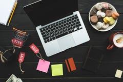 Ordinateur portable, carte de crédit et étiquettes de vente Image libre de droits