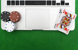 Ordinateur portable, cartes de tisonnier et jetons de poker Photo stock