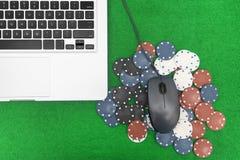 Ordinateur portable, cartes de tisonnier et jetons de poker Images libres de droits