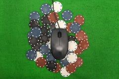 Ordinateur portable, cartes de tisonnier et jetons de poker Photos libres de droits