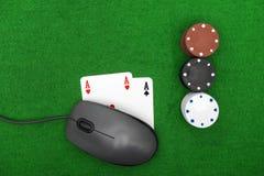 Ordinateur portable, cartes de tisonnier et jetons de poker Photos stock