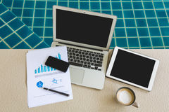 Ordinateur portable, comprimé et smartphone avec les documents financiers Photo stock