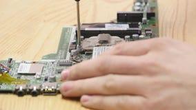 Ordinateur portable démontant dans l'atelier de réparations, plan rapproché Carte mère démontée d'ordinateur sur le lieu de trava clips vidéos