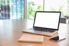 Ordinateur portable d'affaires sur le bureau en bois Photographie stock libre de droits
