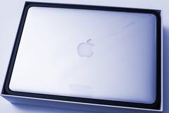 Ordinateur portable d'Apple MacBook Pro unboxing la feuille de plastique Photo libre de droits