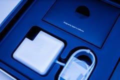 Ordinateur portable d'Apple MacBook Pro unboxing la fonte bleue de couleur Image stock