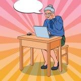 Ordinateur portable d'Art Happy Senior Woman Using de bruit à la maison Photographie stock
