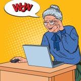 Ordinateur portable d'Art Happy Senior Woman Using de bruit à la maison Image libre de droits