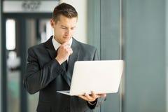 Ordinateur portable d'email d'homme d'affaires Images libres de droits