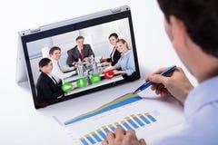 Ordinateur portable d'hybride de Video Conferencing On d'homme d'affaires photos libres de droits