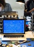 Ordinateur portable d'ordinateur montrant le modèle de circuit électronique photos stock