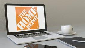Ordinateur portable d'ouverture avec le logo de Home Depot sur l'écran Agrafe conceptuelle de l'éditorial 4K de lieu de travail m banque de vidéos