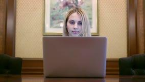 Ordinateur portable d'ouverture de femme d'affaires et regard sur l'écran clips vidéos
