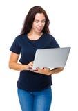 Ordinateur portable d'utilisation de femme Images stock