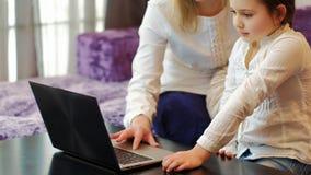 Ordinateur portable d'utilisation de fille de maman de loisirs de famille ensemble Photos libres de droits