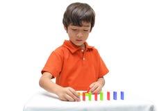 Ordinateur portable d'utilisation de petit garçon pour l'éducation Image stock