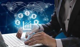 Ordinateur portable d'utilisation d'homme d'affaires avec le symbole de symbole monétaire de Fintech OV photo stock