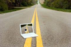 Ordinateur portable dans la route photo libre de droits