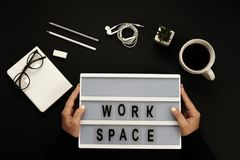 Ordinateur portable de bureau noir créatif, café, verres, écouteurs, crayons, mots d'espace de travail Photos libres de droits