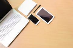 Ordinateur portable de carnet d'ordinateur avec le comprimé numérique et le smartphon blanc Photographie stock libre de droits
