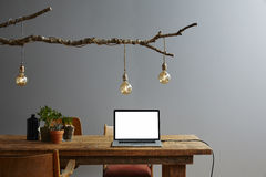 Ordinateur portable de conception d'espace de travail moderne et décoration urbains de conception Photographie stock libre de droits