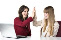 Ordinateur portable de deux femmes Photo libre de droits