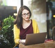 Ordinateur portable de femme passant en revue recherchant l'escroquerie sociale de technologie de mise en réseau images stock