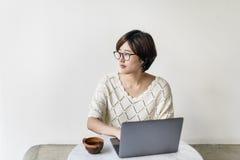 Ordinateur portable de femme passant en revue recherchant l'escroquerie sociale de technologie de mise en réseau photo libre de droits