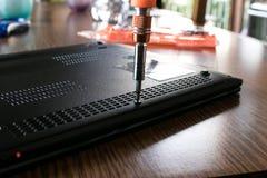 Ordinateur portable de fixation avec un tournevis Photos libres de droits