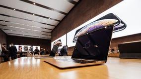 Ordinateur portable de lumière de MacBook Air d'Apple à Apple Store photos libres de droits