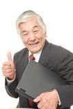 Ordinateur portable de transport d'homme d'affaires japonais supérieur Images stock