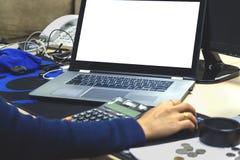 Ordinateur portable en gros plan d'utilisation de femme d'affaires de mains concept de comptabilité f photographie stock libre de droits