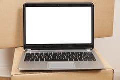 Ordinateur portable et boîte mobile images stock
