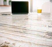 Ordinateur portable et café noirs sur la table Photographie stock