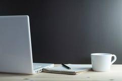 Ordinateur portable et café sur le bureau en bois Images libres de droits