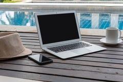Ordinateur portable et chapeau à la piscine images libres de droits