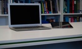 Ordinateur portable et comprimé avec un écran vide sur le Tableau I blanc de bureau Photos libres de droits