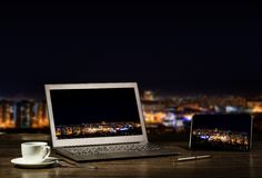 Ordinateur portable et comprimé, homme d'affaires de lieu de travail Image libre de droits