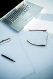Ordinateur portable et document avec le stylo Photos libres de droits
