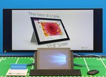 Ordinateur portable et grand écran avec les fenêtres 10 Photographie stock libre de droits