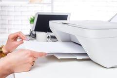 ordinateur portable et imprimante int rieur de bureau photo stock image 57014130. Black Bedroom Furniture Sets. Home Design Ideas