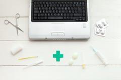 Ordinateur portable et instruments médicaux Image libre de droits