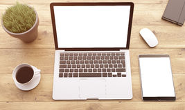 Ordinateur portable et instruments sur la table Images libres de droits