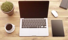Ordinateur portable et instruments sur la table Image libre de droits