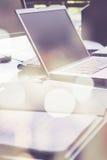 Ordinateur portable et papiers sur le bureau Photographie stock
