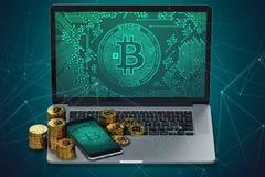 Ordinateur portable et smartphone avec le symbole de Bitcoin à l'écran et les piles de Bitcoin d'or Images libres de droits