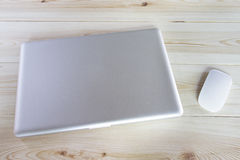 Ordinateur portable et souris sur la table en bois image libre de droits