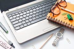 Ordinateur portable et stationnaire sur le bureau d'espace de travail, les affaires et le W Image stock