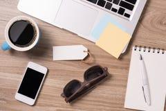 Ordinateur portable et substance de bureau, lieu de travail, vue supérieure Images libres de droits