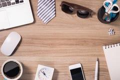 Ordinateur portable et substance de bureau, lieu de travail, vue supérieure Image stock
